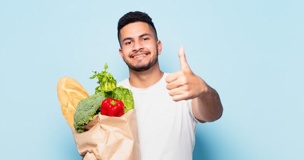 Młody człowiek hiszpanin szczęśliwy wypowiedzi. koncepcja warzyw na zakupy