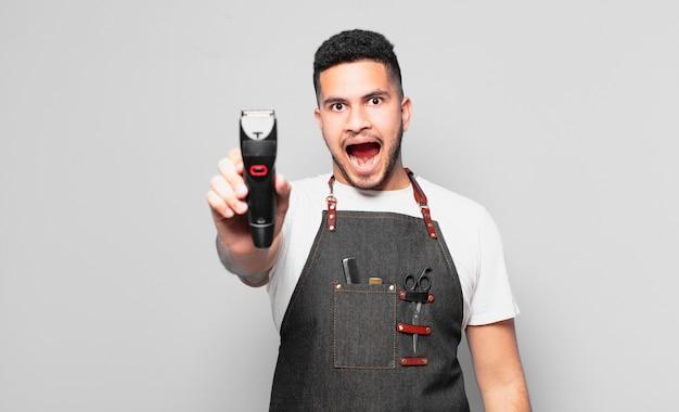 Młody człowiek hiszpanin zaskoczony wypowiedzi. koncepcja fryzjera