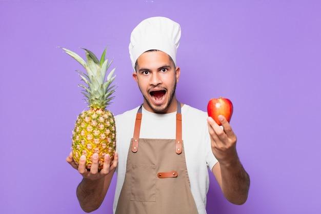 Młody człowiek hiszpanin zaskoczony wypowiedzi. koncepcja szefa kuchni