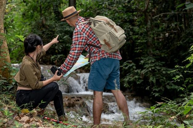 Młody człowiek i młoda kobieta turysta