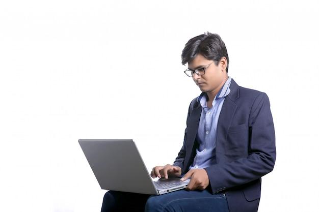 Młody człowiek indyjski / student z laptopem