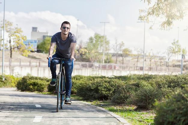 Młody człowiek jazdy rowerem