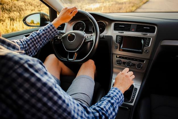 Młody człowiek jedzie samochód