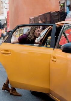Młody człowiek jedzie taksówkę w mieście