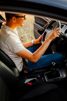 Młody człowiek jest usytuowanym przy kierownicy