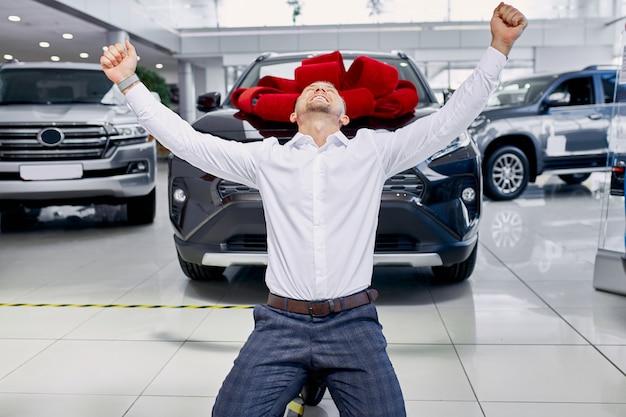 Młody człowiek kaukaski klient w salonie samochodowym