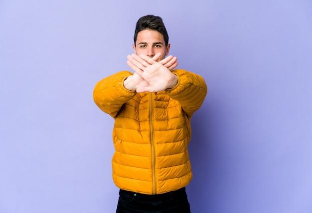 Młody człowiek kaukaski robi gest odmowy