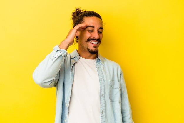 Młody Człowiek Kaukaski Z Długimi Włosami Na Białym Tle Na żółtym Tle Radosny Dużo śmiechu. Koncepcja Szczęścia. Premium Zdjęcia