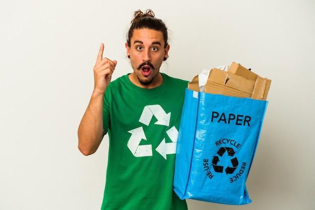 Młody człowiek kaukaski z długimi włosami recyklingu kartonu na białym tle na pomysł, koncepcja inspiracji.