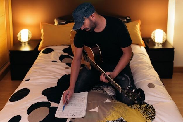 Młody człowiek komponowania muzyki w swojej mamie.