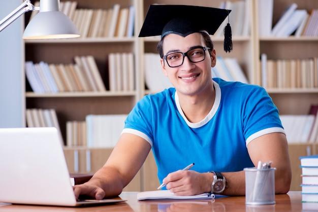 Młody człowiek kończący studia