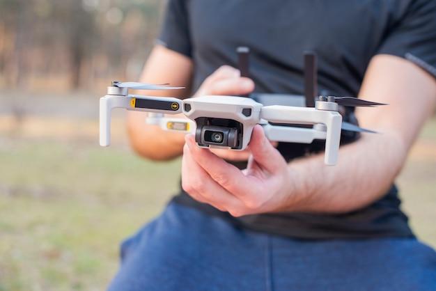 Młody człowiek kontroluje wystrzeliwuje nowoczesnego drona