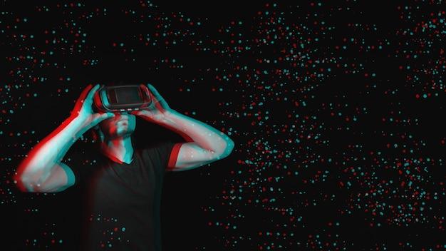 Młody człowiek korzystający z nowoczesnych okularów wirtualnej rzeczywistości. z miejscem na tekst. czarno-biały z efektem wirtualnej rzeczywistości 3d glitch