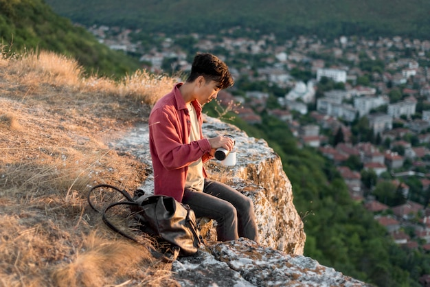 Młody człowiek korzystających z krajobrazu