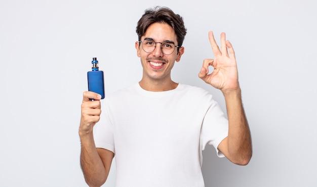 Młody człowiek latynoski czuje się szczęśliwy, okazując aprobatę w porządku gestem. koncepcja parownika dymu