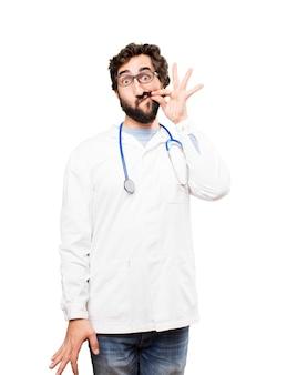 Młody człowiek lekarz obejmujący usta