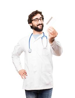 Młody człowiek lekarz z karty kredytowej