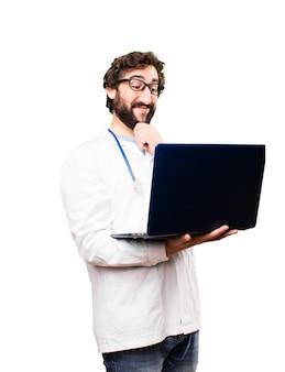 Młody człowiek lekarz z laptot