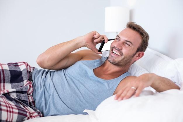 Młody człowiek leżący na łóżku
