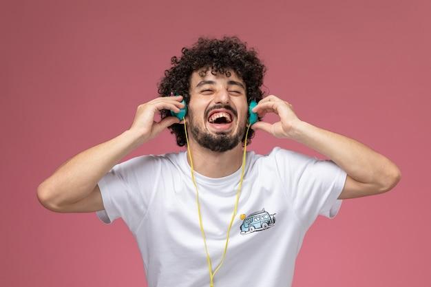 Młody człowiek lubiący muzykę pop