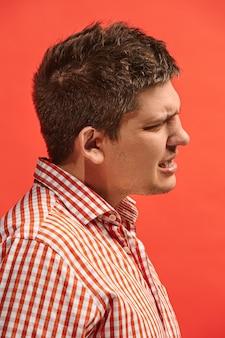 Młody człowiek ma ból zęba. koncepcja bólu. młody człowiek emocjonalny. ludzkie emocje, koncepcja wyrazu twarzy. studio