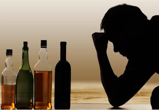 Młody człowiek ma kłopoty z alkoholem.