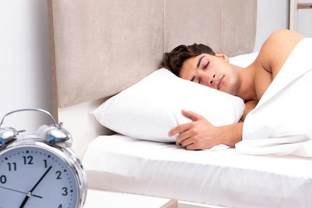Młody człowiek ma problem z budzeniem się rano