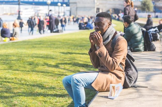 Młody człowiek ma przerwę na lunch w londynie