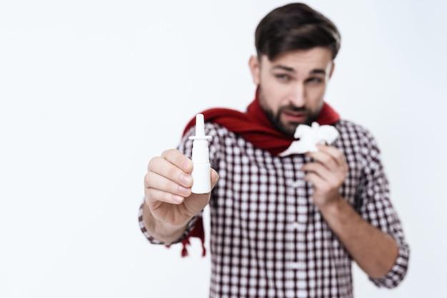 Młody człowiek ma zimny pobyt na białym tle.