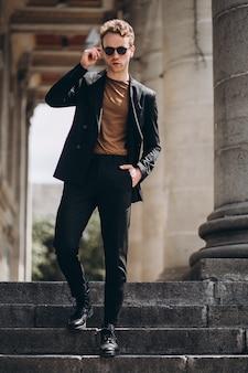 Młody człowiek model pozuje na ulicie