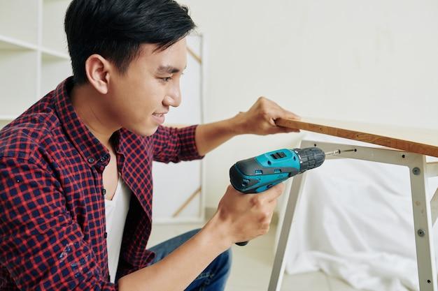 Młody człowiek montaż ławce