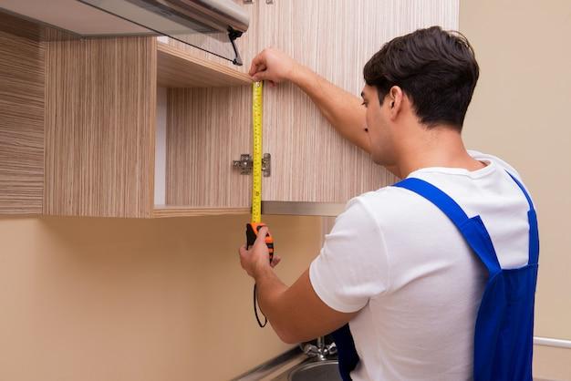 Młody człowiek, montaż mebli kuchennych
