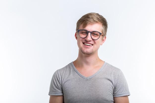 Młody człowiek na białej ścianie