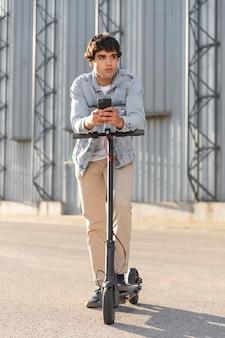 Młody człowiek na przejażdżkę skuterem