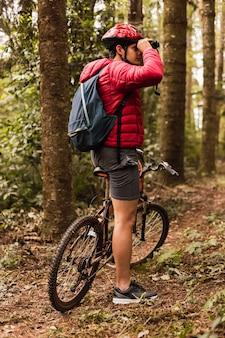Młody człowiek na rowerze w dżungli
