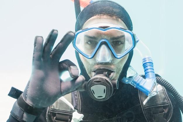 Młody człowiek na szkolenie nurkowania