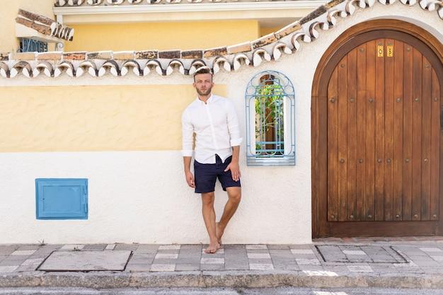 Młody człowiek na ulicach prowincjonalnego hiszpańskiego miasta