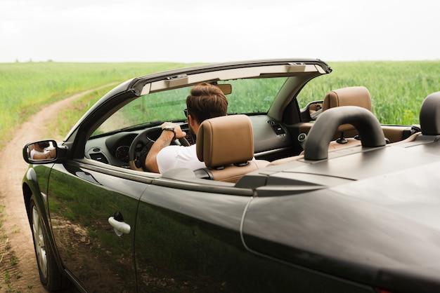 Młody człowiek na wycieczce samochodowej