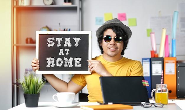 Młody człowiek namawia ludzi do pozostania w domu