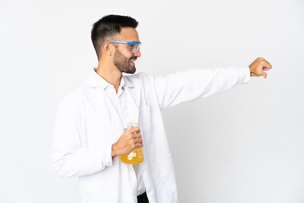 Młody człowiek naukowy na białym tle na białej ścianie, dając kciuki do góry gest