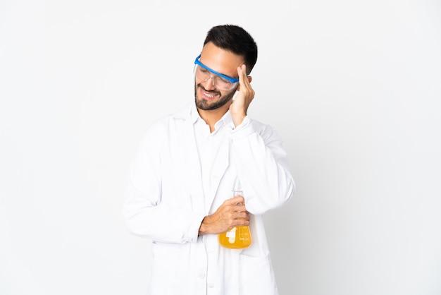 Młody człowiek naukowy na białym tle na białym tle z bólem głowy
