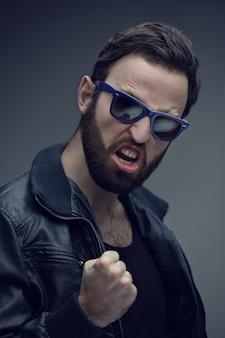 Młody człowiek nosi okulary przeciwsłoneczne