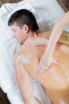Młody człowiek o masażu