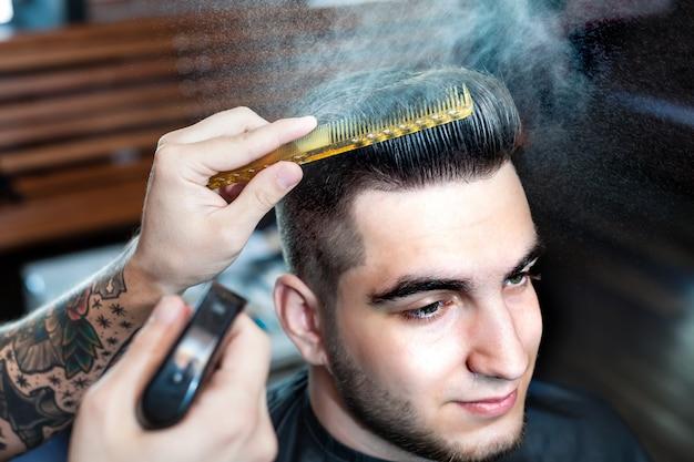 Młody człowiek o obciętych włosach