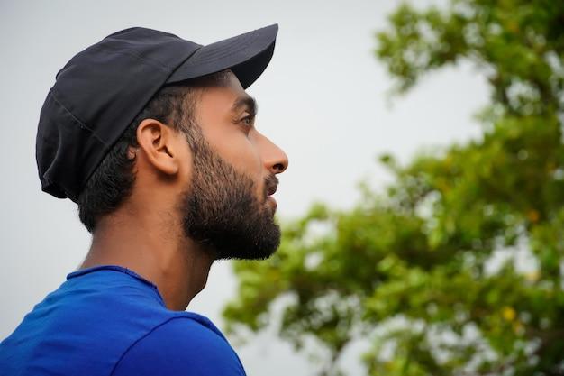 Młody człowiek obserwujący przyrodę i myślący