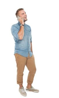 Młody człowiek opowiada na telefonie, odosobnionym