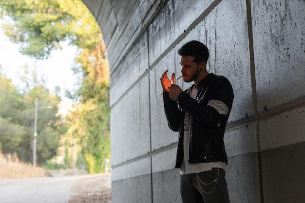 Młody człowiek palenia w tunelu