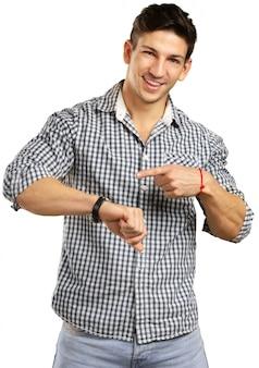 Młody człowiek patrzeje jego zegarek, czasu zarządzania pojęcie