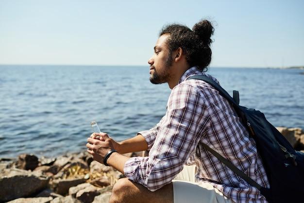 Młody człowiek patrzeje morze