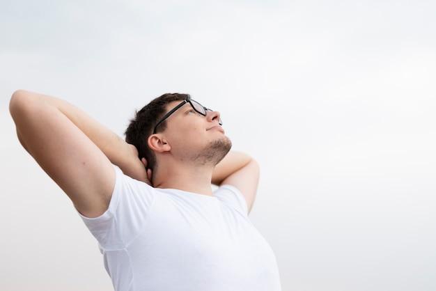 Młody człowiek patrzeje niebo